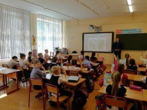 Активист Молодежной палаты района провел для учеников школы №498 урок о профессиях. Фото предоставлено представителями Молодежной палатой Таганского района
