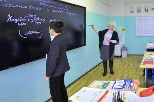 Специалисты подготовят территорию школы №457 к новому учебному году. Фото: официальный сайт мэра Москвы