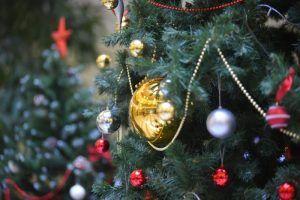 Психолог посоветовала отложить украшение елки до 31 декабря. Фото: Александр Кожохин, «Вечерняя Москва»