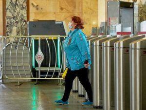 Стикеры с напоминанием о ношении масок и перчаток разместили на МЦК. Фото: сайт мэра Москвы