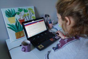 Сотрудники библиотеки иностранной литературы имени Маргариты Рудомино организуют онлайн-мероприятие. Фото: Денис Кондратьев