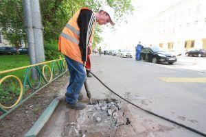 Частичный ямочный ремонт тротуара провели по трем адресам района. Фото: Антон Гердо, «Вечерняя Москва»