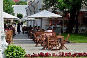 В 2020 году количество нарушений в схеме размещения летних кафе снизилось на 35 процентов. Фото: Анна Быкова