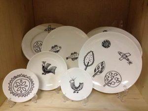 Тарелки, сделанные подопечными фонда «Единение» в инклюзивных мастерских «Сундук»