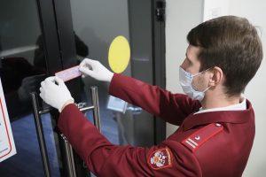 Полиция была вынуждена выломать дверь работавшего после полуночи ресторана. Фото: Антон Гердо, «Вечерняя Москва»
