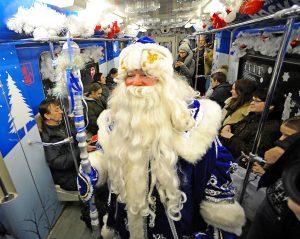 Новогодний состав запустили на станции метро «Таганская». Фото: Александр Кожохин, «Вечерняя Москва»