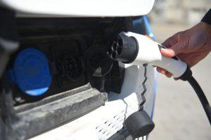 Новая зарядка для электромобилей появилась в Москве. Фото: Александр Кожохин, «Вечерняя Москва»